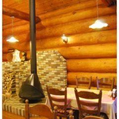 福津店-入口を入ってすぐの客席と暖炉